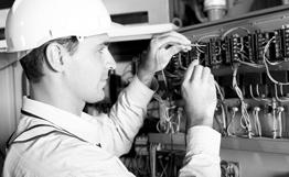 Bild: ein Elektriker testet eine industrielle Maschine